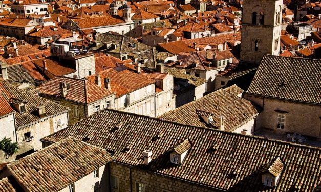 Jak prawidłowo dbać o stare dachy i dlaczego warto je czyścić?